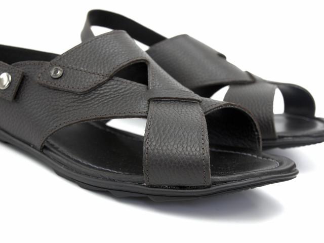 Благодаря плетению сандалии хорошо сидят на стопе даже большого размера