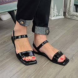 Лакові босоніжки жіночі на низькому ходу, квадратний носок. Колір чорний