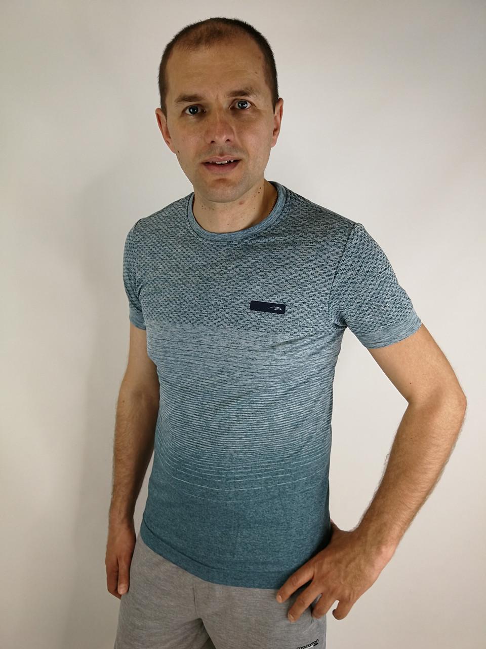 Приталена чоловіча футболка