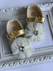 Пінетки оптом золоті черевички з великою квіткою