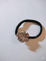 Резинка тонкая с металлическим украшением со стразов в форме цветочка, фото 1