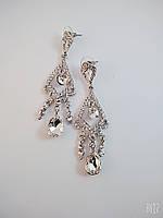 Серьги-гвоздики в белом металле с белыми  стразами (длина 7,3см)