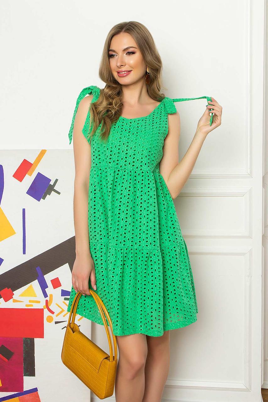 Бавовняний літній сарафан на бретелях-зав'язках довжиною вище колін, трапецієподібного силуету. Зелений