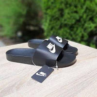 Мужские летние шлепки в стиле Nike чёрные белый знак
