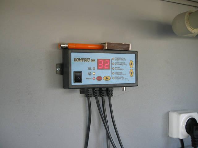 Блок управления работой котла. Задается необходимая температура теплоносителя (вода), и котел поддерживает ее в заданном режиме, не зависимо от температуры окружающей среды. Данная автоматика имеет функцию антизамерзания (гистерезис).