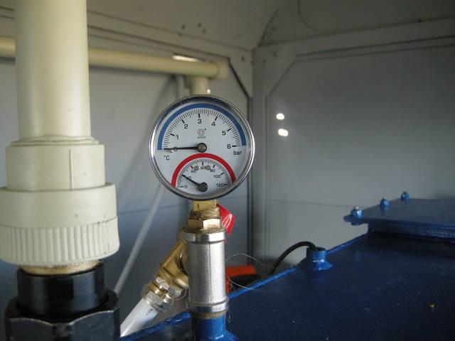 Механический датчик температуры и давления воды. Напомним ,что все котлы. производимые КП Монтажник, имеют клапан для сброса лишнего давления.