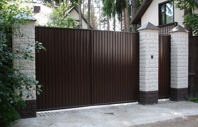 Ворота распашные, зашивка профнастил - вертикальное исполнение