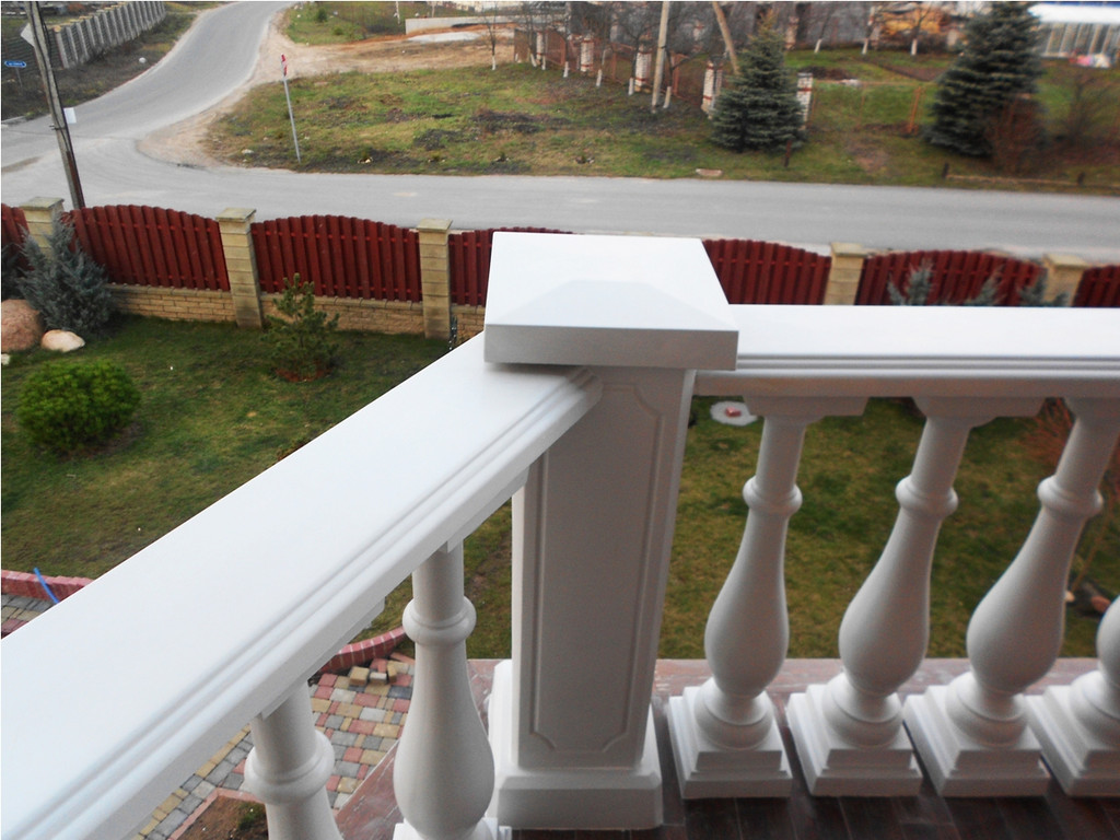 В этой работе используется белая балюстрада с балясинами, выполненные по технологии мрамор из бетона.  Срок службы не менее 25 лет под открытым небом. Наши балясины и балюстрады обладают высокой прочностью и плотность.