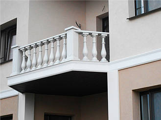 Здесь используется белая балюстрада с балясинами, выполненные по технологии мрамор из бетона.  Срок службы  не менее 25 лет под открытым небом. Наши балясины и балюстрады обладают высокой прочностью и плотность.