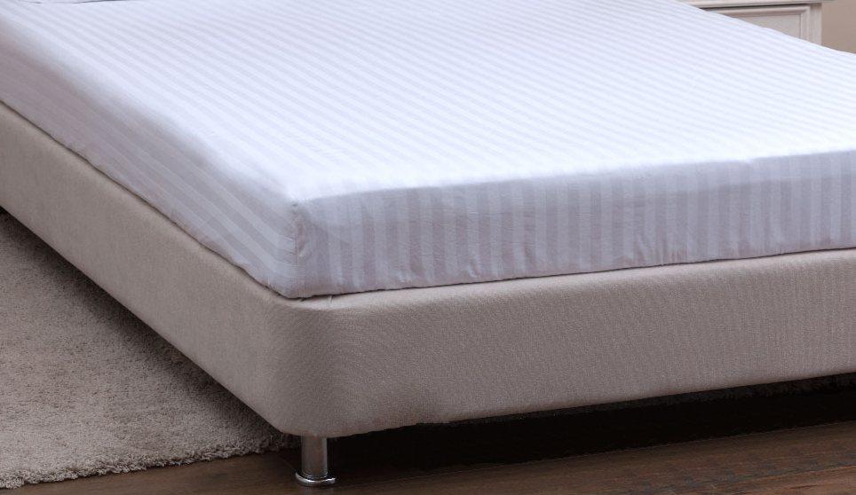 Двоспальне простирадло на резинці з білого страйп-сатину