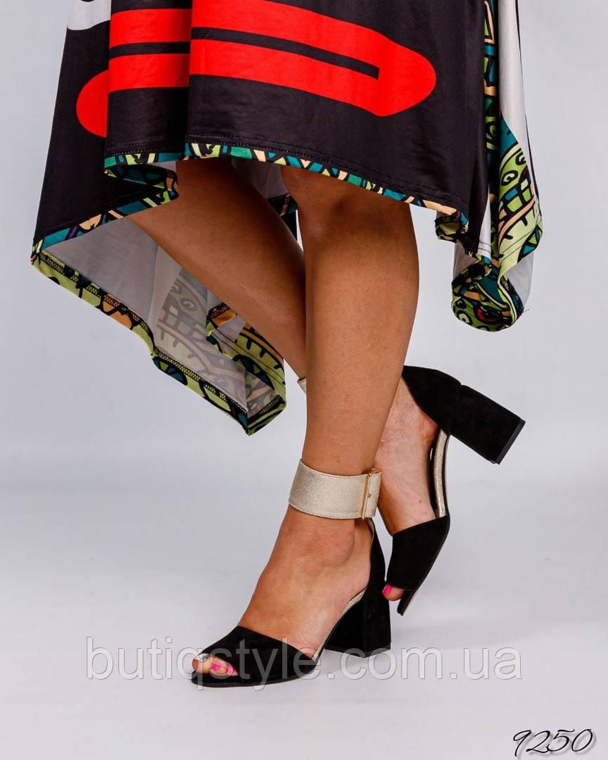 Жіночі чорні босоніжки натуральна замша з золотистим ремінцем