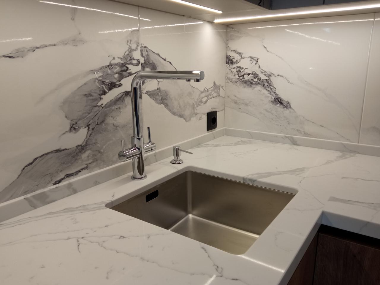 Стільниця на кухні з кварцового каменю Авант 7500