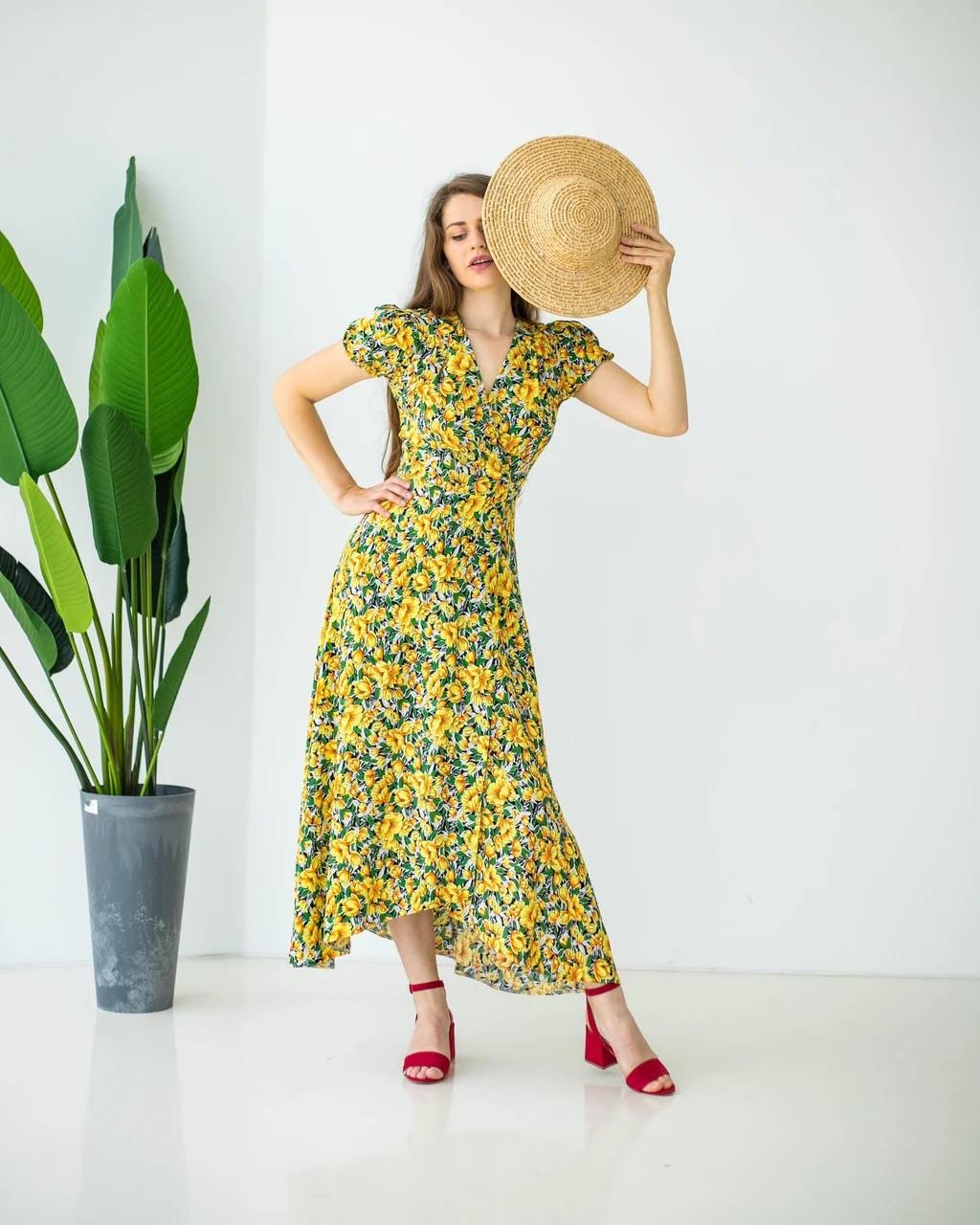 Летнее платье на запах желтое