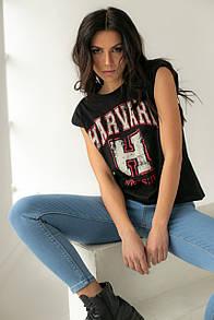 Женская черная футболка с принтом и подплечниками