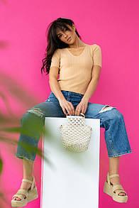 Женская приталенная бежевая футболка в широкий рубчик
