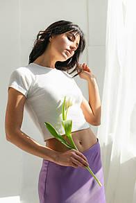 Короткая женская белая футболка в рубчик
