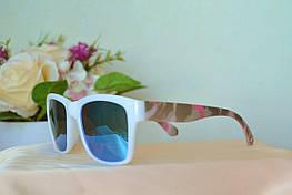 Солнцезащитные зеркальные очки в белой с комуфляжем оправе
