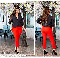 Брючный костюм с черной блузой, брюки красные