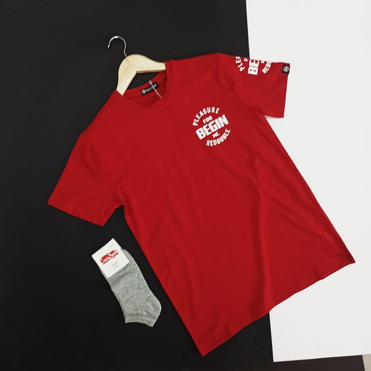 Яркая красная мужская футболка с молодежным накатом надписью на груди из натурального хлопка