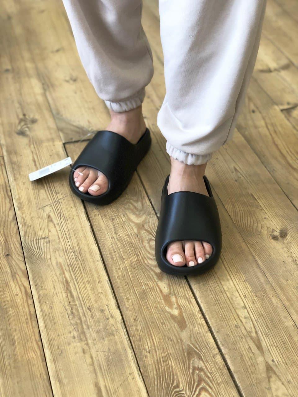 Женские тапочки Adidas Yeezy Slide Black