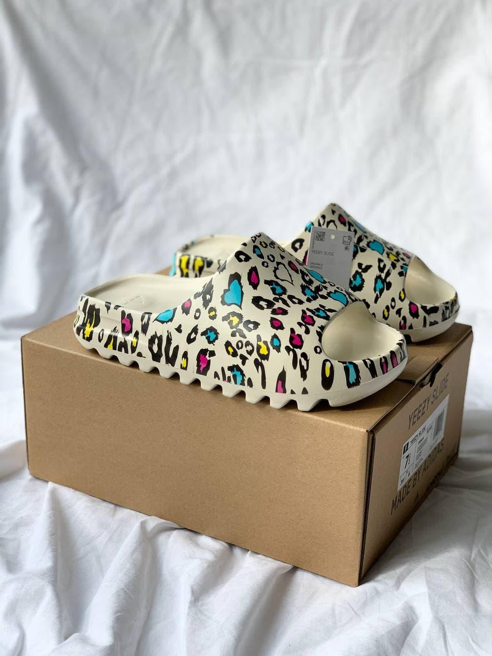 Женские тапочки Adidas Yeezy Slide Graffiti