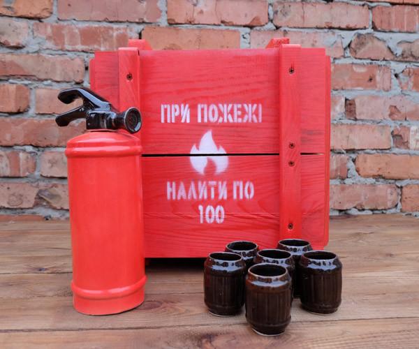 При пожежі налити по 100 - червоний вогнегасник-пляшка в дерев'яному ящику