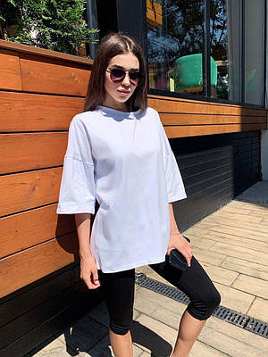 Белая трикотажная футболка оверсайз женская