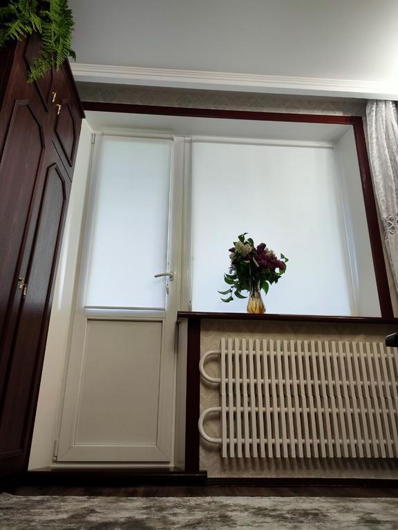Окрашенная система откосов Qunell на балконном блоке