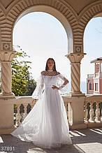 Білосніжна сукня з воланом