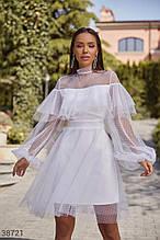 Біле плаття з повітряним воланом