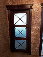 Двері міжкімнатні з різьбленими елементами і карнизом, масив дуба (може бути виконана під скло і суцільна)