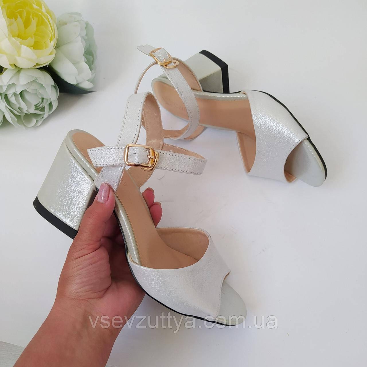 Босоніжки шкіряні жіночі сріблясті на каблуку