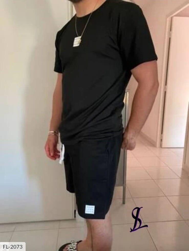 Чоловічий спортивний костюм з шортами і футболкою