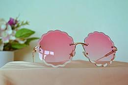 Солнцезащитные розовые очки в шикарной волнистой оправе