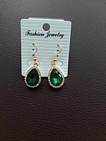 Изумительные сережки с зеленым камнем в миниатюрных стразах