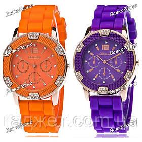 Часы Geneva Michael Kors Crystal фиолетового или оранжевого цвета.