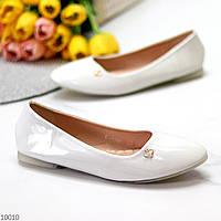 Елегантні жіночі білі глянцеві лакові балетки 2021