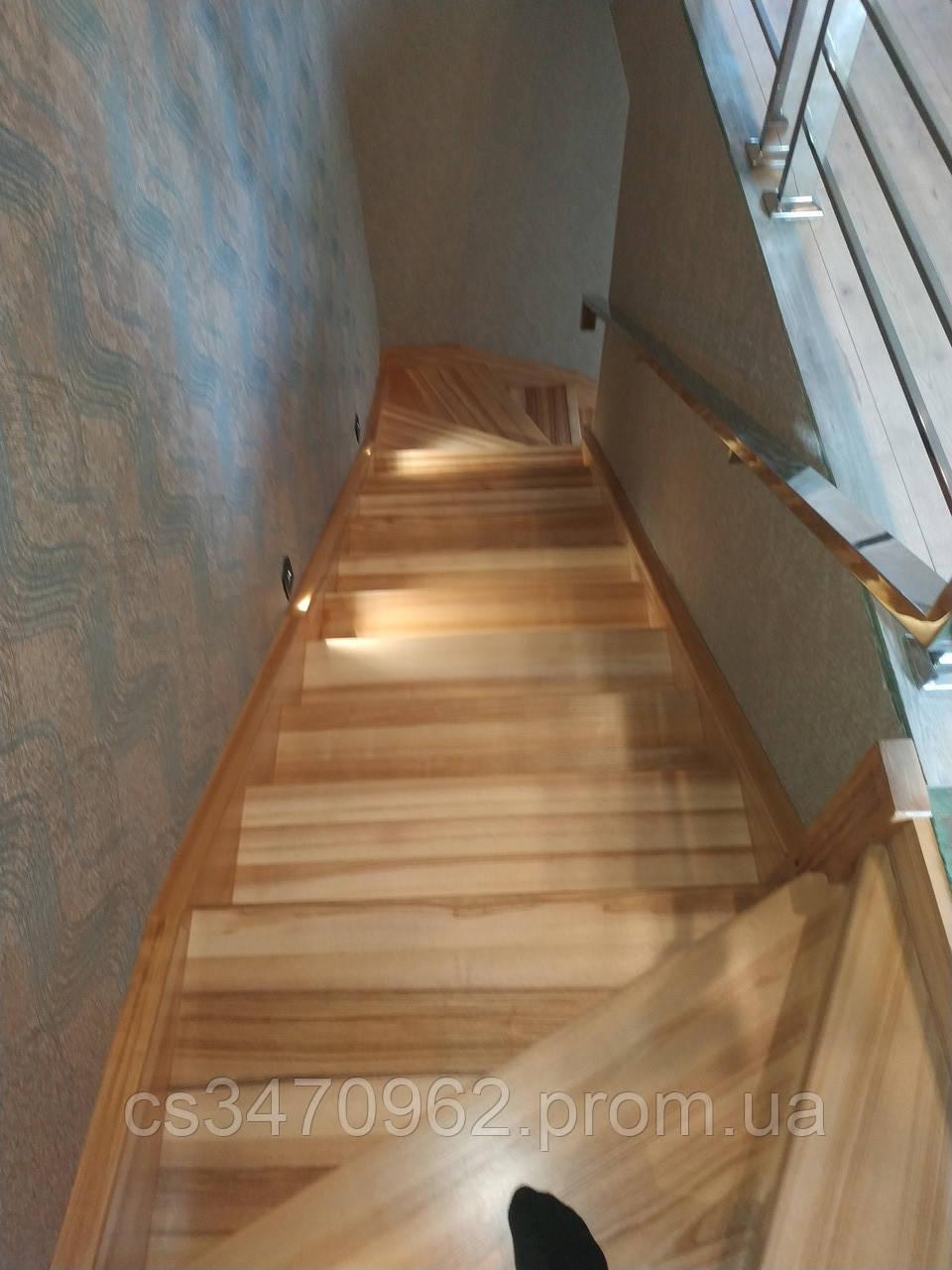 Лестница из бетона обшита деревом