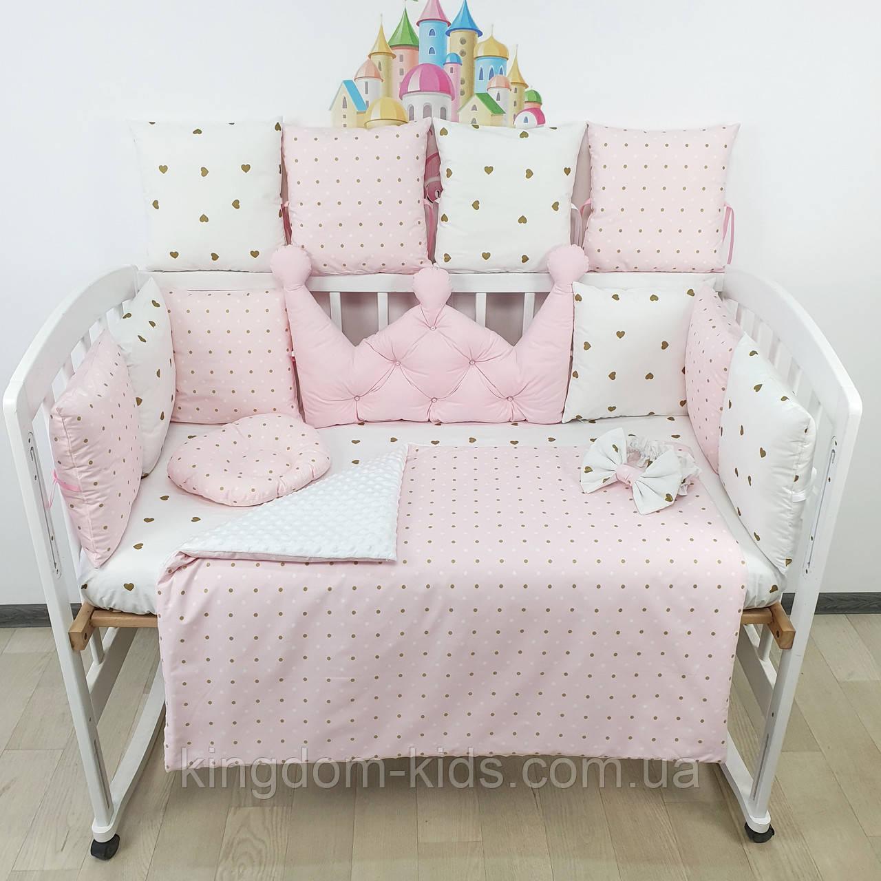 Комплект бортиков и постельного в кроватку с большой короной в розовых тонах.