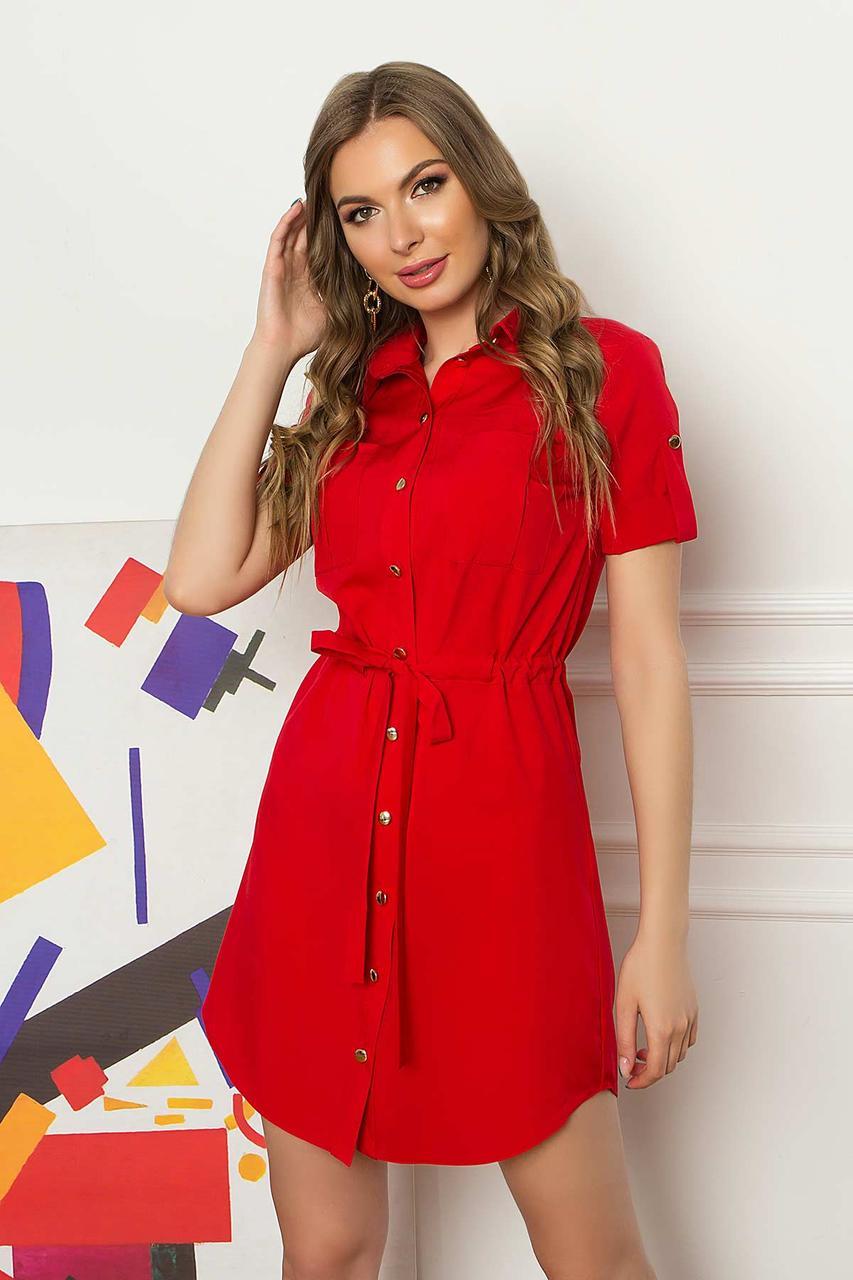 Летнее короткое платье-рубашка из софта с накладными карманами и коротким рукавом. Красного цвета