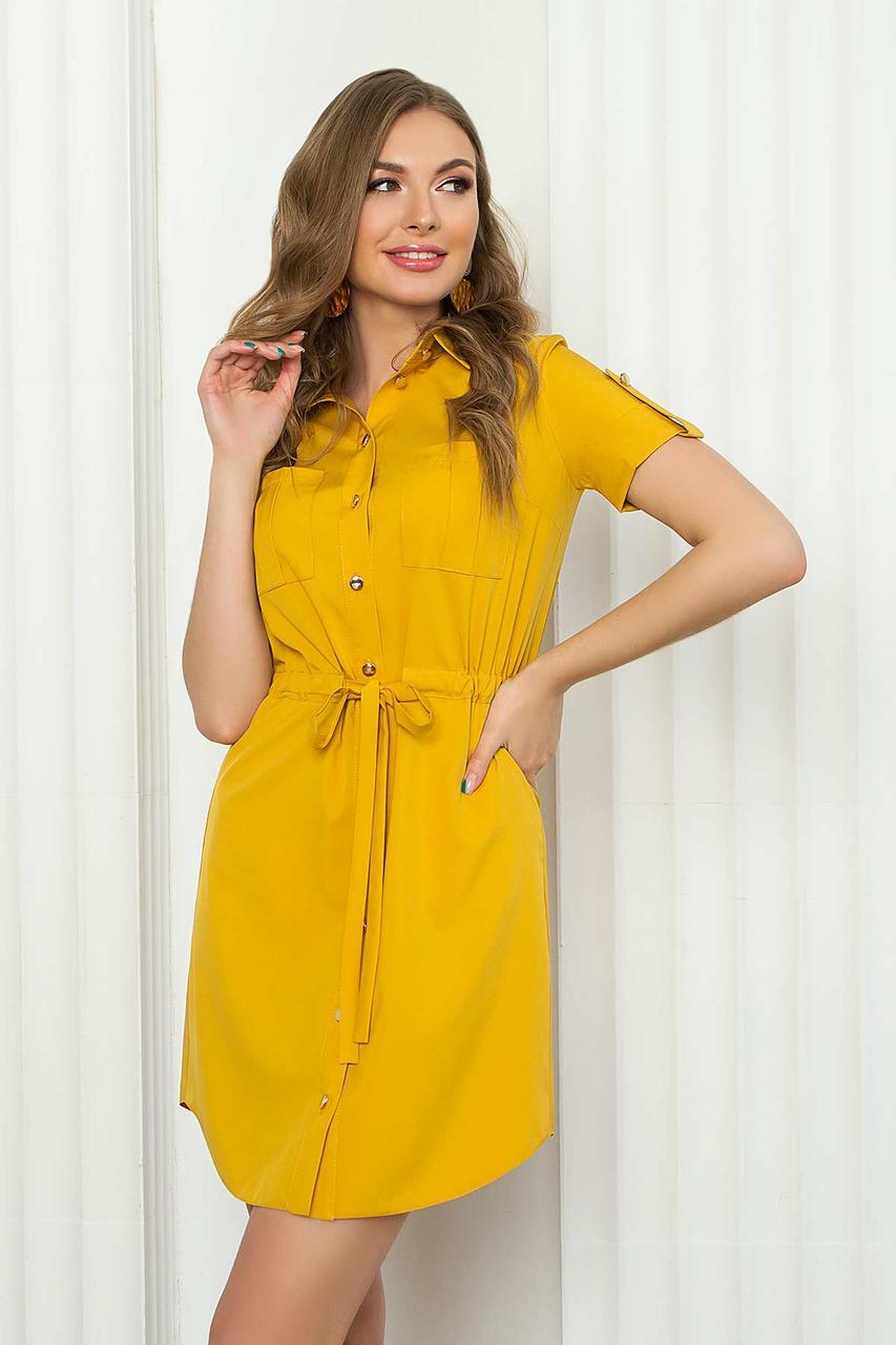 Летнее короткое платье-рубашка из софта с накладными карманами и коротким рукавом. Горчичного цвета