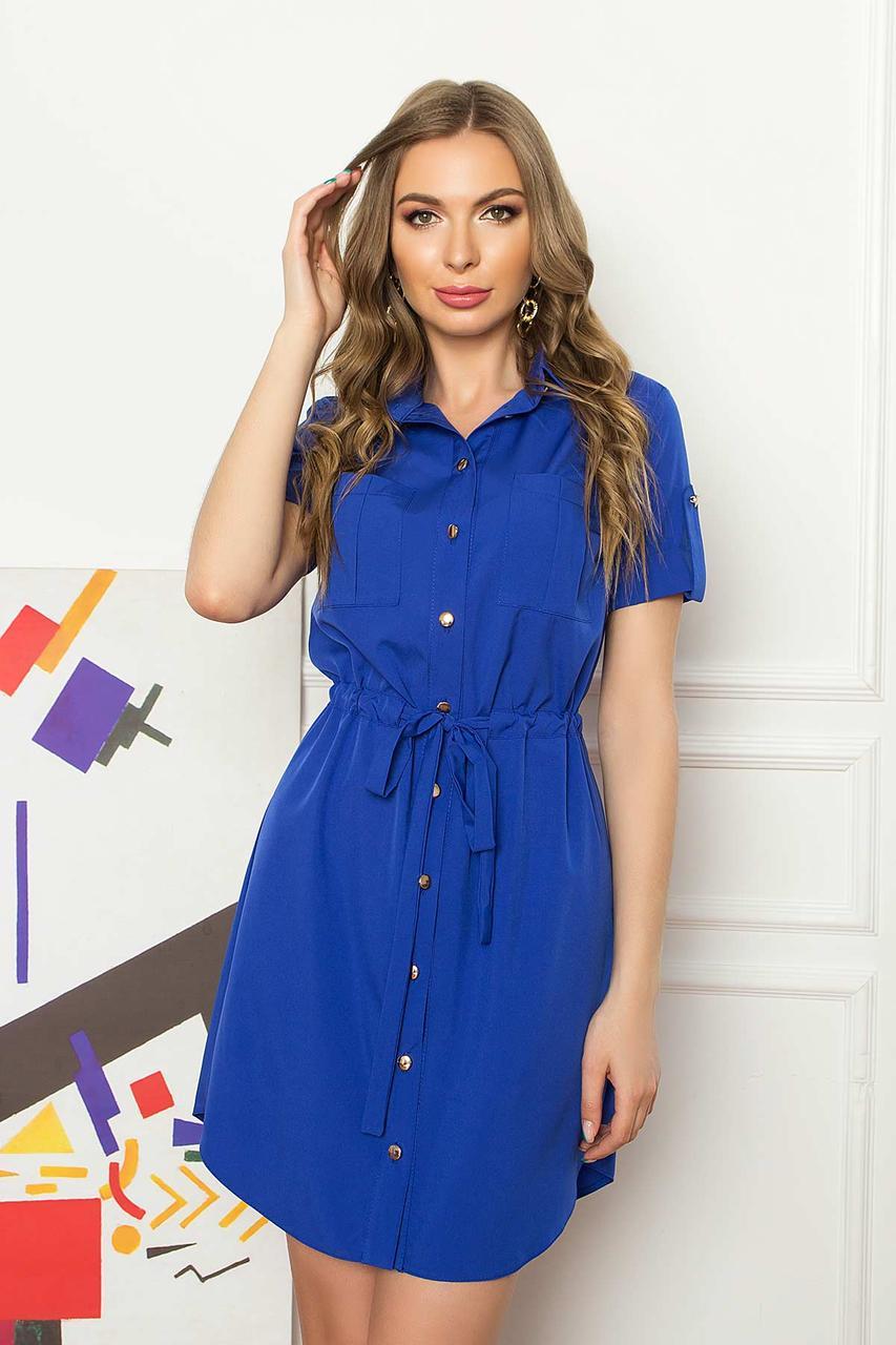 Летнее короткое платье-рубашка из софта с накладными карманами и коротким рукавом. Синего цвета