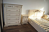 Спальный комплект мебели из натурального дерева с резьбой и патиной под заказ