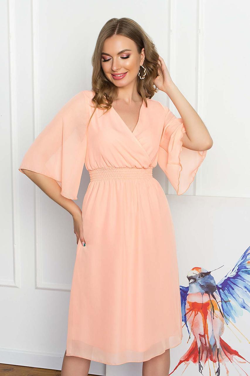 Легкое шифоновое платье миди с ложным запахом и рукавом-крылышко. Персикового цвета