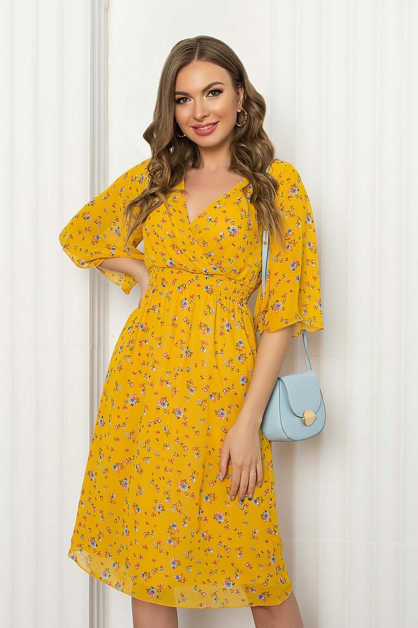 Легке шифонове плаття міді з помилковим запахом і рукавом-крильце. Жовтого кольору з квітковим принтом