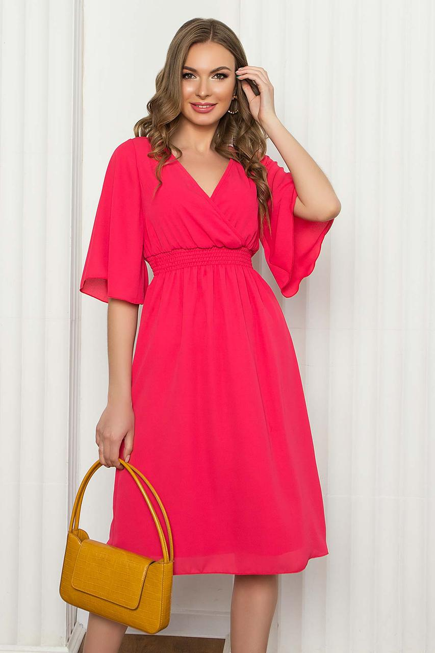 Легке шифонове плаття міді з помилковим запахом і рукавом-крильце. Коралового кольору