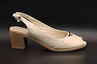 Босоножки женские на среднем каблуке кремового цвета
