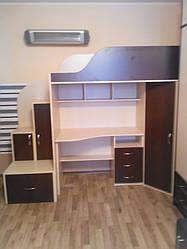 Детская кровать-чердак с рабочей зоной, угловым шкафом и лестницей-тумбой КТ2