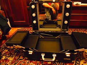 Переносная студия визажиста на колесах, с зеркалом и подсветкой.