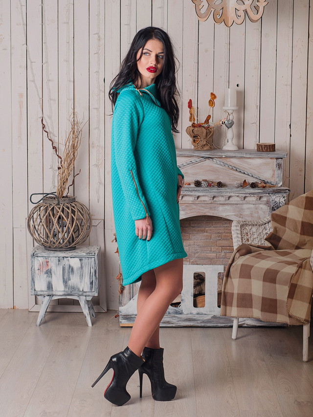 Модное платье из стеганного трикотажа с замками